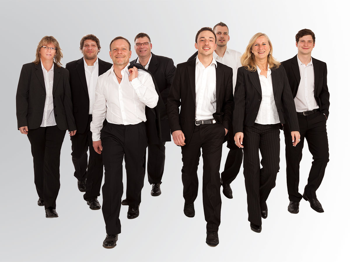 Teamfoto: alle laufen im Anzug auf den Betrachter zu
