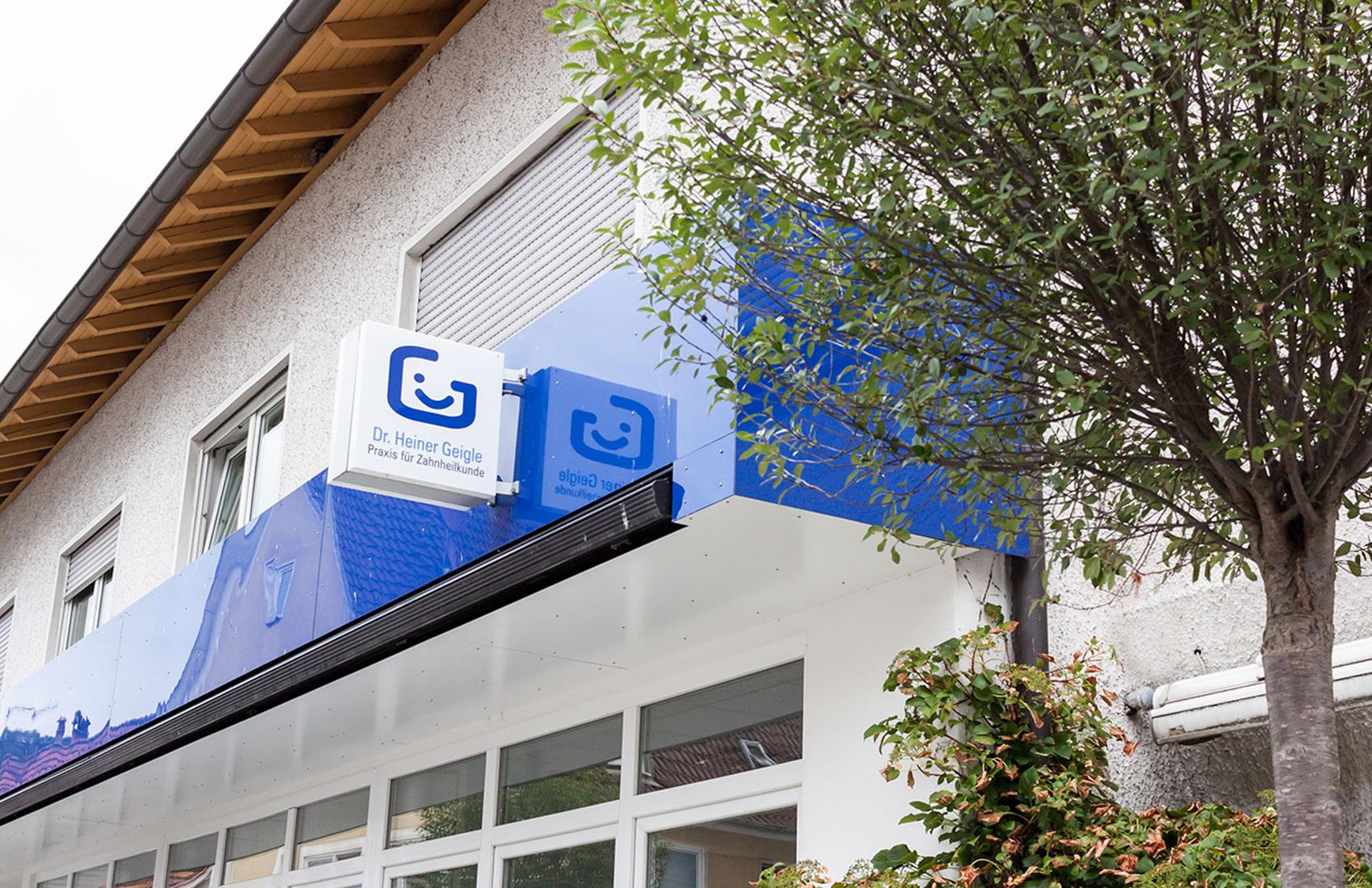Durch Farbgebung und Leuchtschilder mit Logo wirkt das Corporate Design der Zahnarztpraxis Dr. Geigle auch nach außen.
