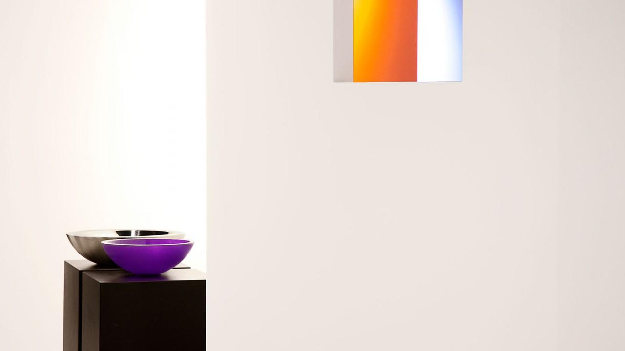 Schwarze Sockel, stilvolle Schalen und buntes Licht: Salone No4 experimentiert mit Materialien.
