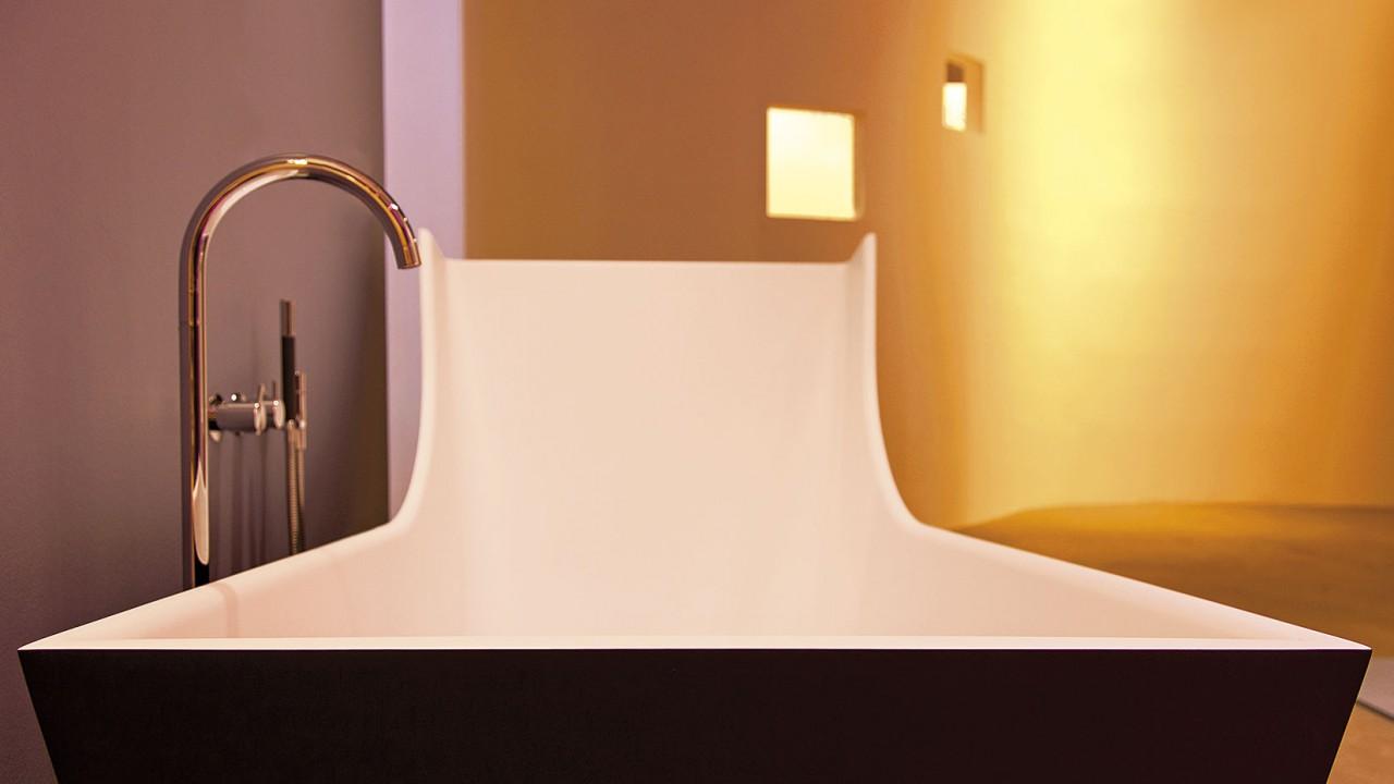 Eine futuristische Badewanne mit Kanten und Rückenlehne
