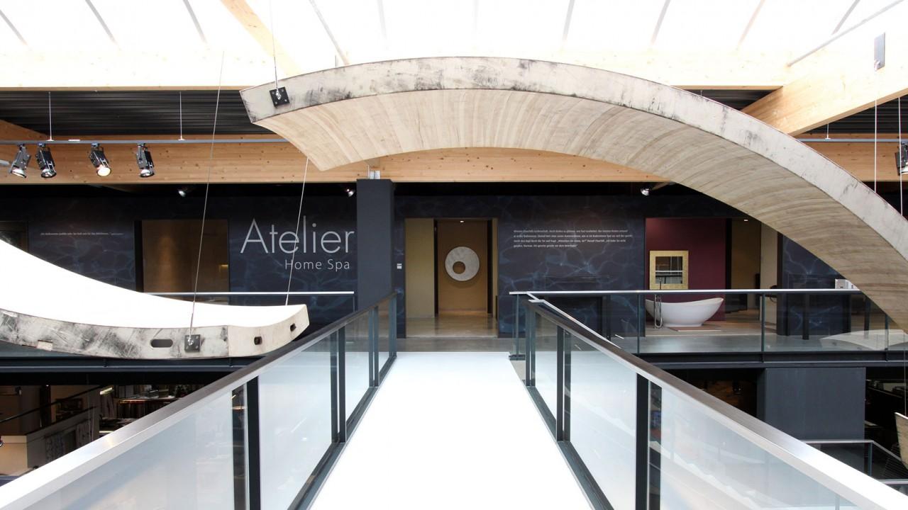 Foto des Designbereichs im Salone No4: hier werden hochwertige Bäder ausgestellt.