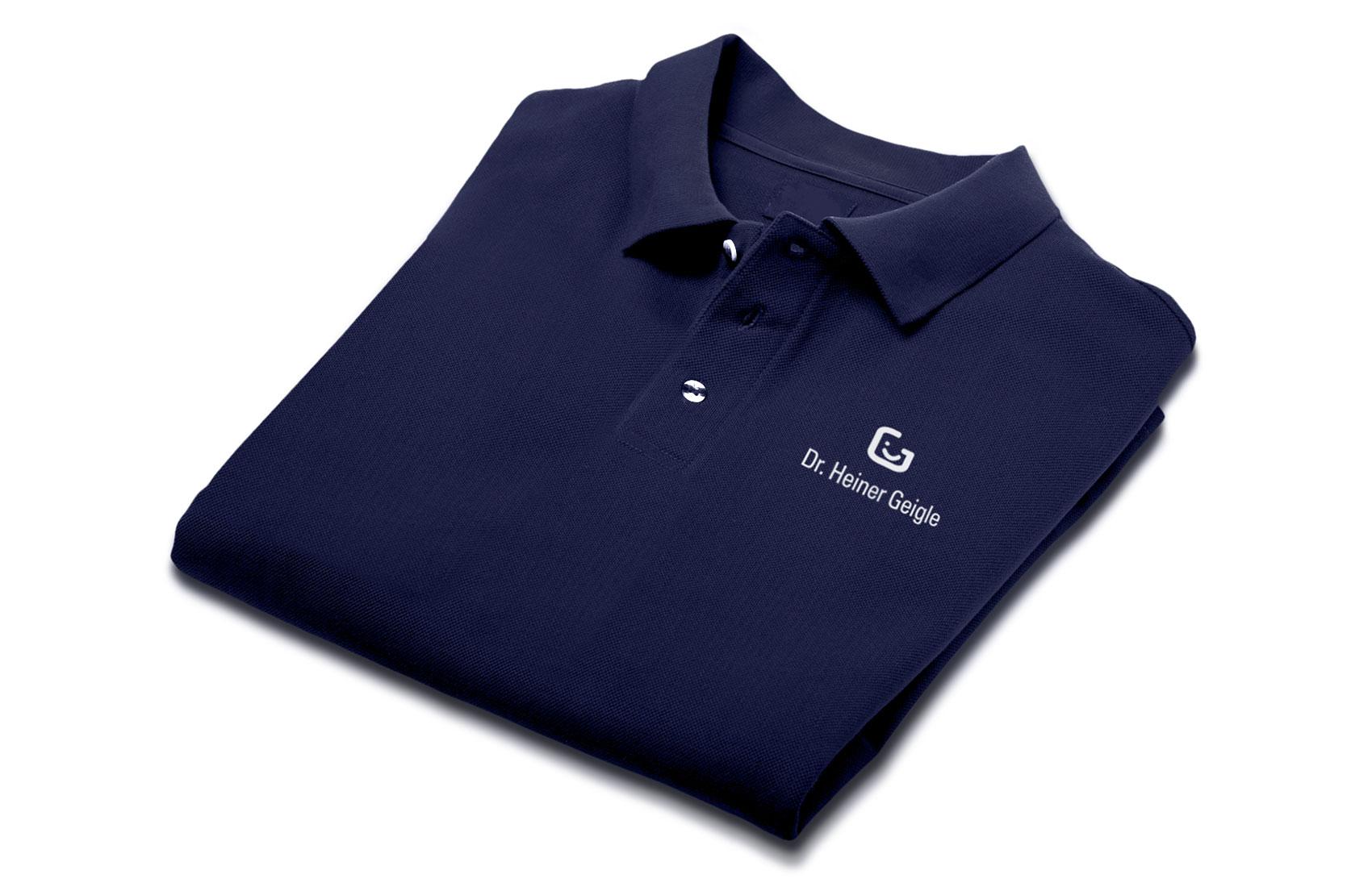 Berufsbekleidung: dunkelblaue T-Shirts mit weißem Lokoaufdruck für die Zahnärzte