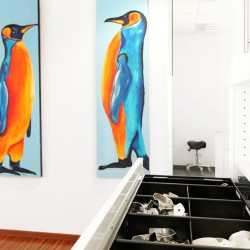 2 bunte Pinguine zieren die Wände im Flur der Praxis