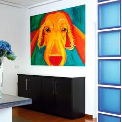 Den Empfang ziert ein großes Bild von einem bunten Hund