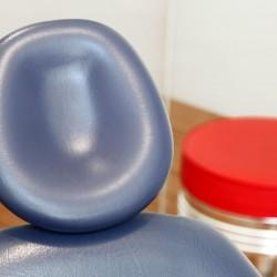 Behandlungsstuhl und roter Hocker