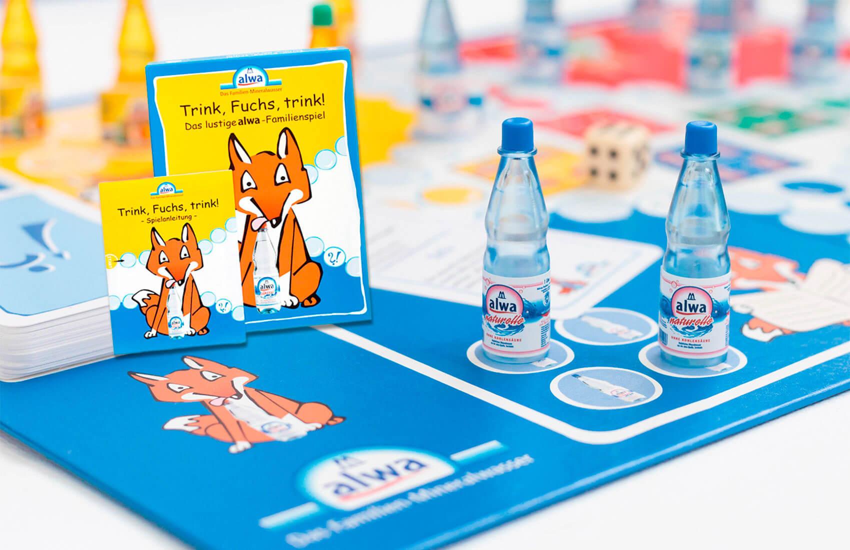 Brettspiel mit kleinen Wasserflaschen als Spielfiguren. Es gibt einen Würfel und Fragekarten. Die Fragen sind Lernfragen aus dem Unterrichtsheft. Wer zuerst im Ziel ist, hat gewonnen.