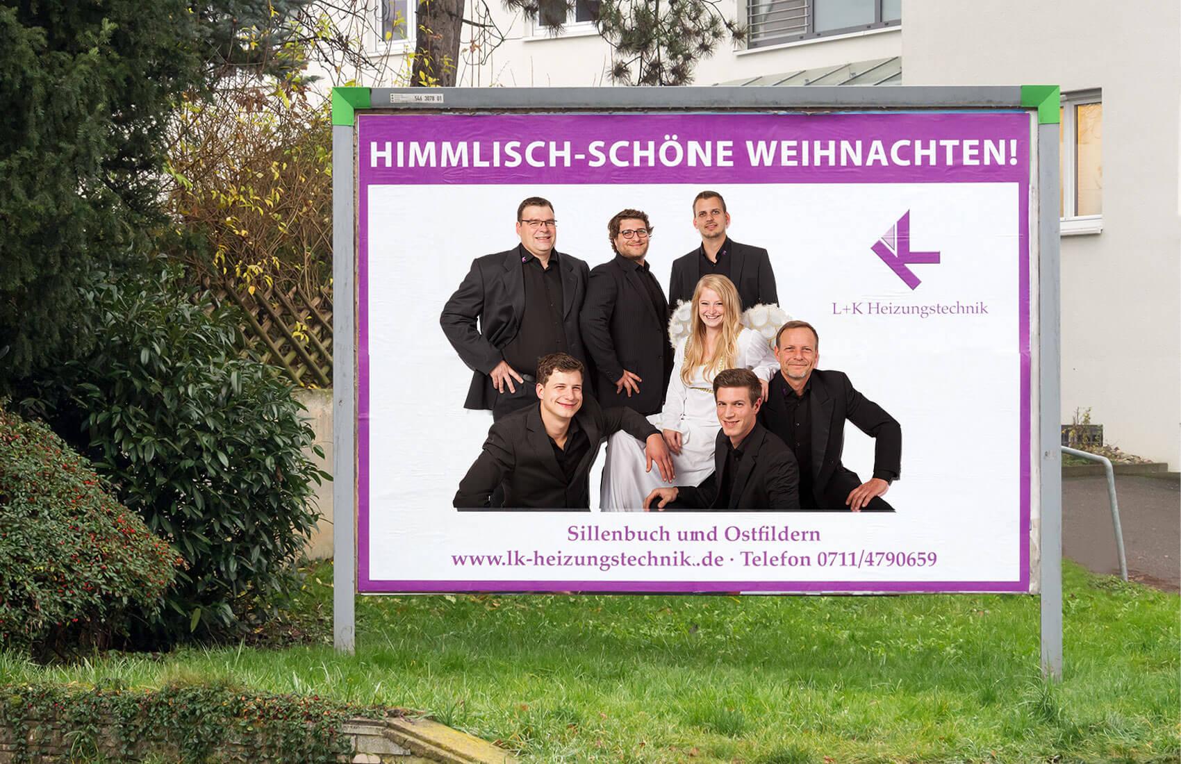Teamfoto auf Großflächenplakat mit Weihnachtsgrüßen