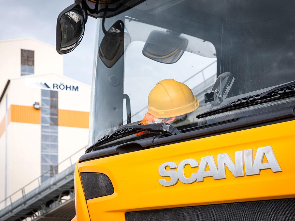 Auf dem Kieswerk von Röhm, im Vordergrund ein großer LKW von Scania